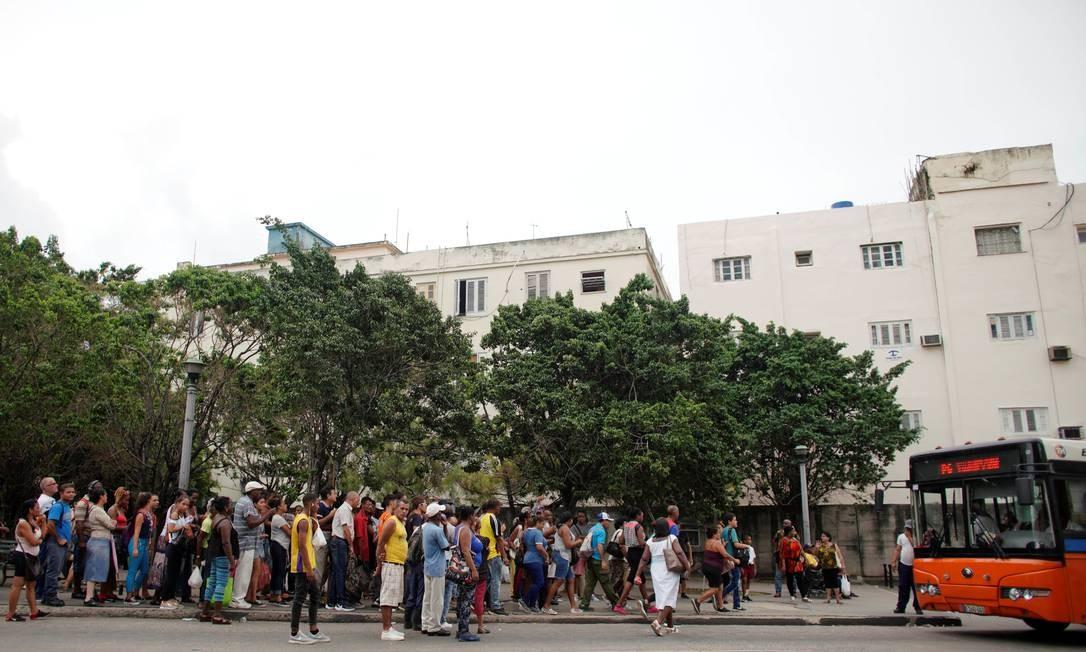 People wait for public transportation in Havana, Cuba, September 13, 2019. REUTERS/Alexandre Meneghini Foto: ALEXANDRE MENEGHINI / REUTERS