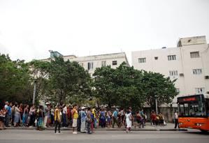 Dezenas de pessoas aguardam um ônibus, carro ou qualquer tipo de veículo para voltar para casa em Havana. Queda nas importações de combustível levaram a uma redução de carros nas ruas e a iminência de uma crise Foto: ALEXANDRE MENEGHINI / REUTERS