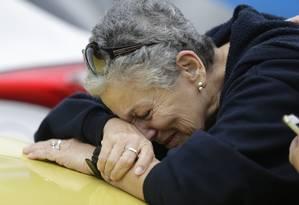 Ivanil Claudino chora a morte de seu irmão, Virgílio Claudino da Silva, vítima do incêndio do Hospital Badim Foto: Gabriel Paiva / Agência O Globo