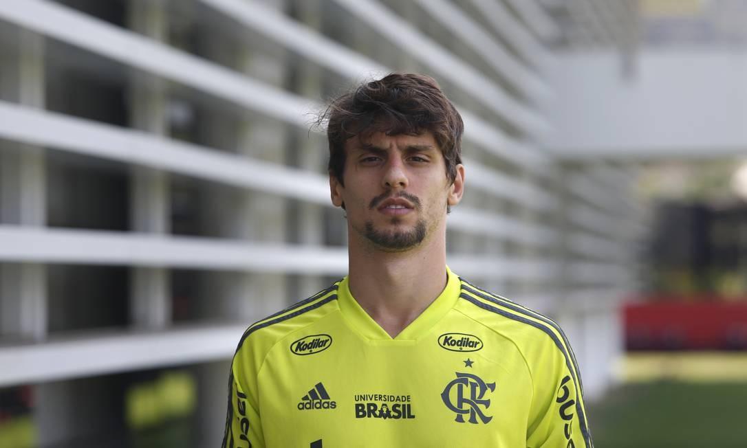 Rodrigo Caio posa no Ninho do Urubu Foto: Agência O Globo