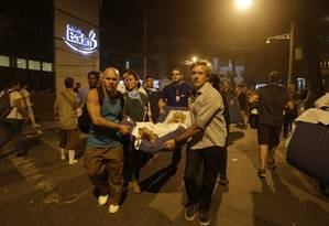 Socorro a pacientes durante o incêndio do Hospital Badim Foto: Alexandre Cassiano / Agência O GLOBO