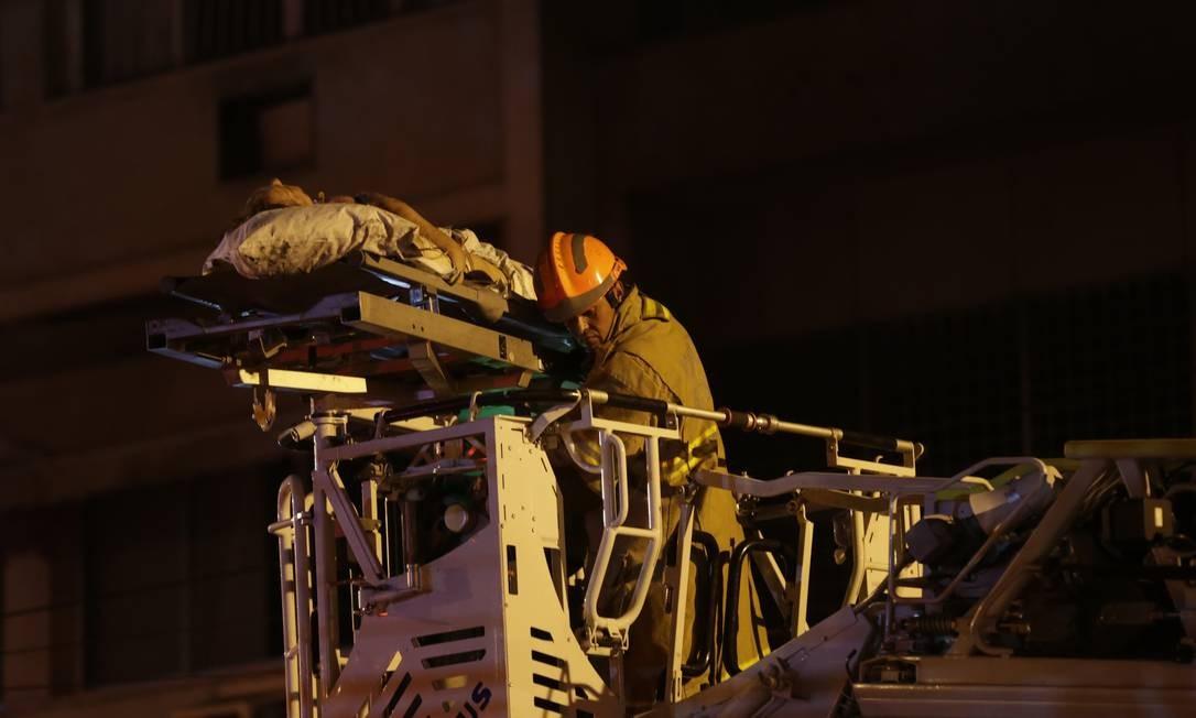 Uma mulher é retirada do Hospital Badim numa escada magirus Foto: Alexandre Cassiano / Alexandre Cassiano