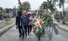 Emanuel Santos Mello e familiares no enterro de Luzia dos Santos Mello Foto: Custódio Coimbra / Agência O Globo