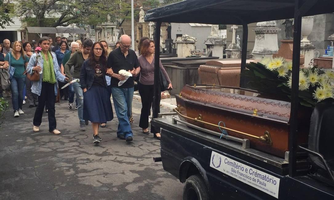 Cortejo com familiares no enterro de Marlene Menezes Fraga Foto: Thiago Freitas / Agência O Globo