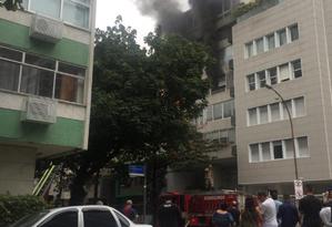 As chamas atingem o apartamento 301 de um prédio de oito andares localizado no número 1784 da Rua Prudente de Moraes Foto: COR / Reprodução