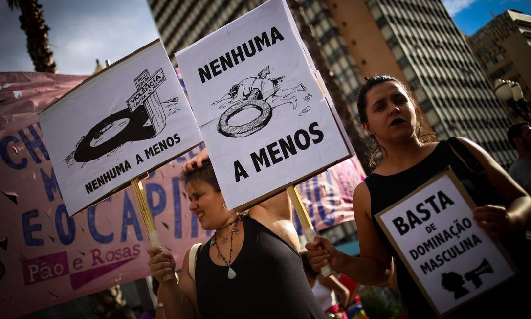 """Mulheres seguram cartazes com os dizeres """"Nenhuma a menos"""" Foto: Anadolu Agency / Getty Images"""