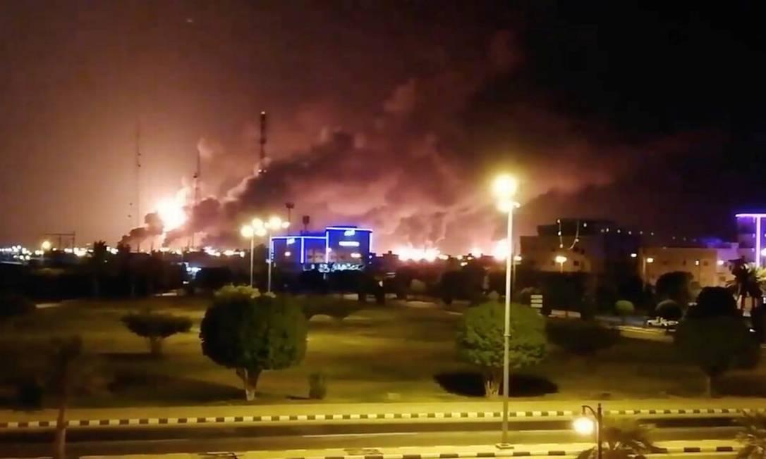 Imagem de um vídeo mostrando a fumaça subindo em uma instalação da Aramco em Abqaiq, na Arábia Saudita, um dos dois centros de processamento de petróleo atingidos por drones no sábado Foto: Reuters