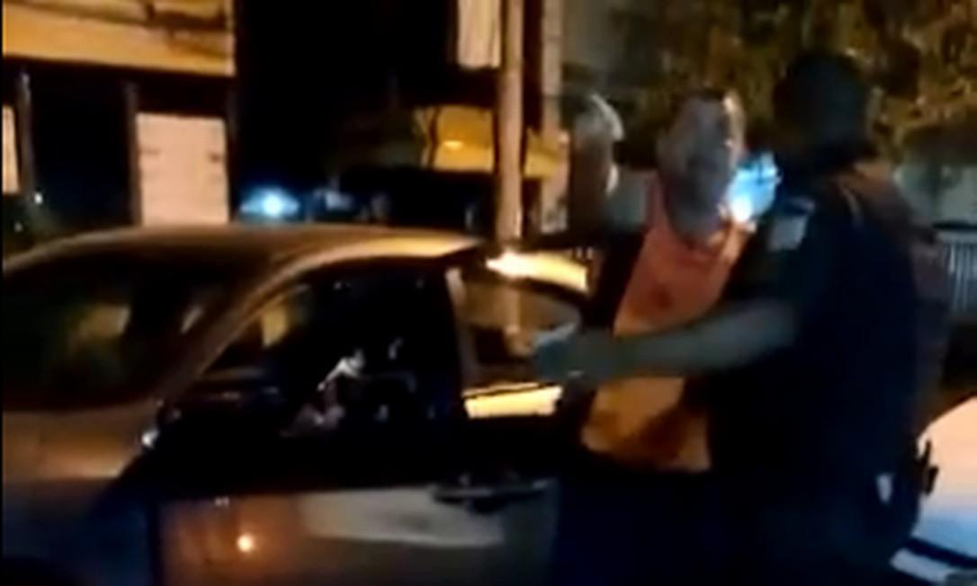 Confusão entre coronel embriagado e soldado durante abordagem em Piedade Foto: Reprodução