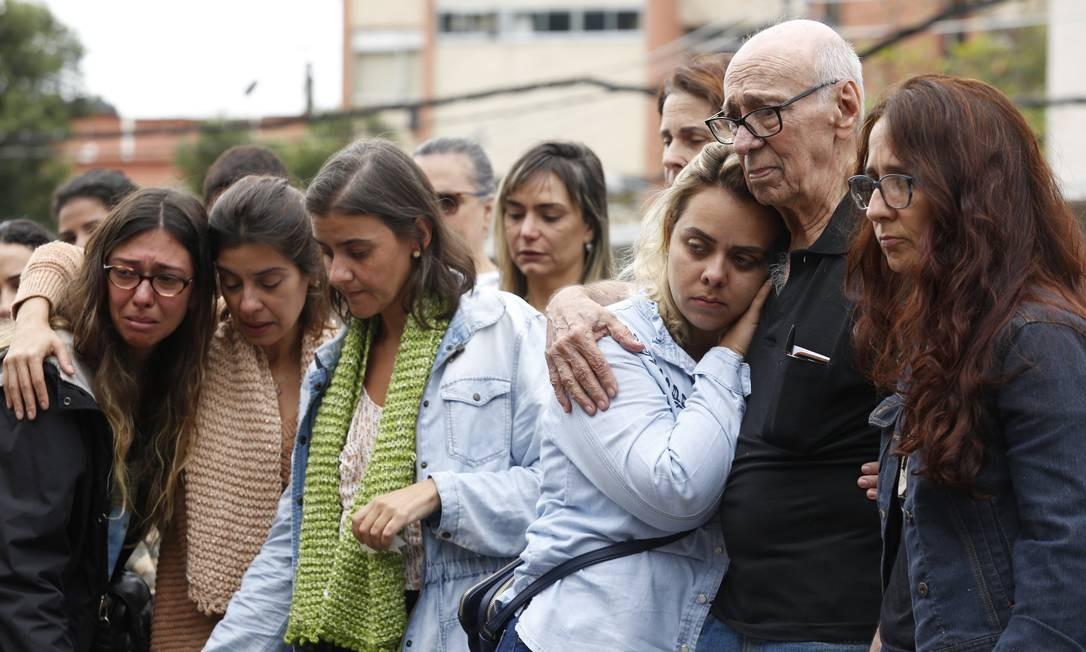 Familiares no enterro de Marlene Menezes Fraga, de 85 anos, vítima do incêndio no Hospital Badim Foto: Thiago Freitas / Agência O Globo