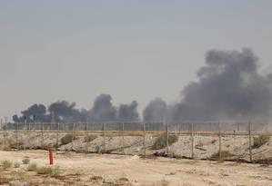Fumaça sobe da instalação da Aramco em Abqaiq, na Arábia Saudita, um dos dois centros de processamento de petróleo atingidos por drones no sábado Foto: AFP