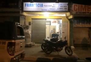 Movimentação suspeita na porta da drogaria chamou atenção da polícia Foto: Pmerj / Divulgação