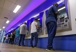 Fila na Caixa para verificar o saldo. Foto: Marcelo Regua / Agência O Globo