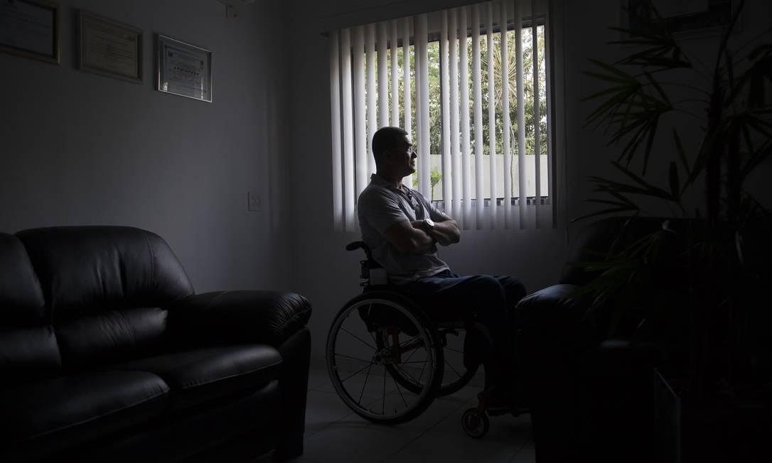 O soldado Antônio Figueiredo Sobrinho ficou paraplégico durante um bico de vigia, e tentou duas vezes acabar com sua vida Foto: Edilson Dantas / Agência O Globo