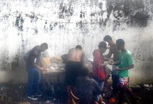 Um ponto de venda de drogas funciona ao ar livre, com grande movimentação de usuarios de crack e traficantes, no ramal Belford Roxo da linha férrea administrada pela SuperVia Foto: Pablo Jacob / Agência O Globo