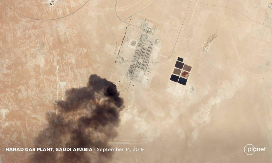 Imagem de satélite mostra fumaça subindo do ataque às instalações de processamento de petróleo da estatal Saudi Aramco Harad na Arábia Saudita: impacto no abastecimento global Foto: Planet Labs Inc / Planet Labs Inc via REUTERS