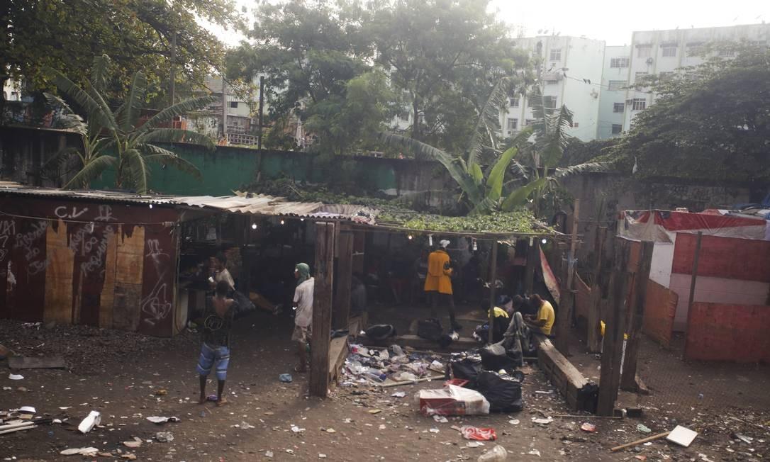 Barracos de madeira e lixo acumulado Foto: Pablo Jacob / Agência O Globo