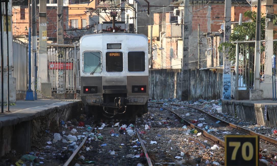 Trem chega à estação Jacarezinho, na Zona Norte Foto: Fabiano Rocha / Agência O Globo