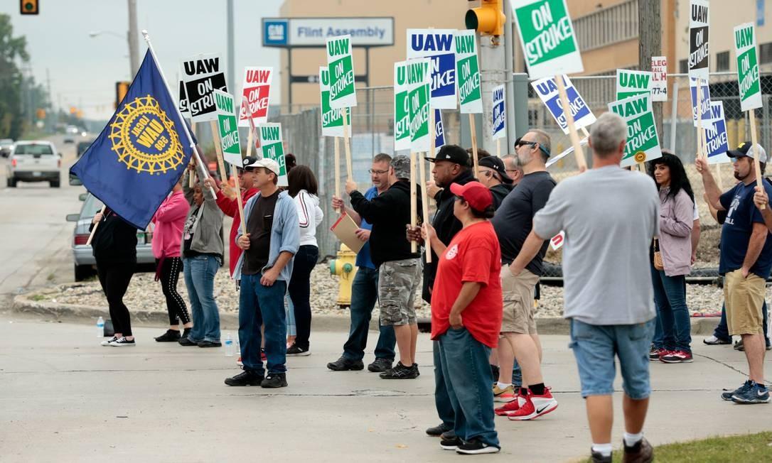 Membros da central sindical United Auto Workers (UAW) empregados na fábrica da General Motors em Flint, no Michigan, aderem à greve iniciada nesta segunda-feira Foto: JEFF KOWALSKY / AFP