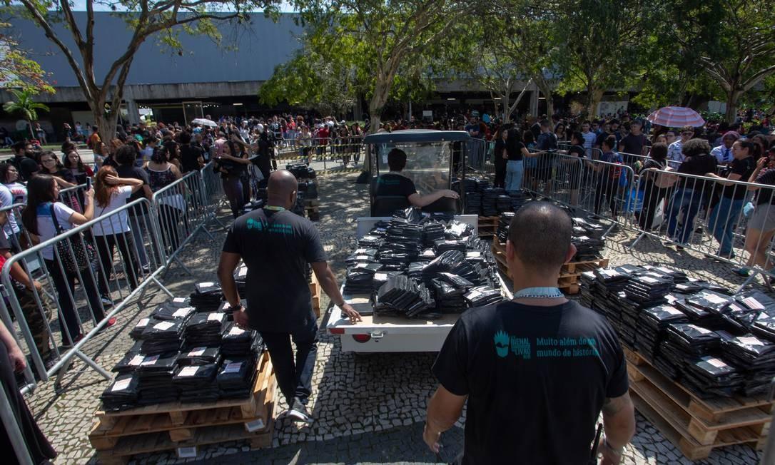 O influenciador digital, Felipe Net, comprou os 14 mil livros e distribuiu gratuitamente na Bienal. Foto: Bruno Kaiuca / Agência O Globo