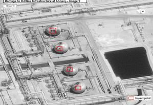 Imagem de satélite mostra os danos causados pelos ataques nas instalações da Aramco em Abqaiq, no sábado Foto: Governo americano / Via REUTERS