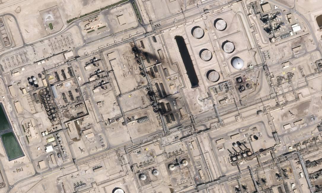 Imagem de satélite mostra os danos às instalações de processamento de petróleo de Abqaig, na Arábia Saudita, após os ataques de sábado: própria natureza deste tipo de infraestrutura, grande, estacionária e altamente inflamável , já representa grande desafio Foto: HO / Planet Labs Inc/AFP