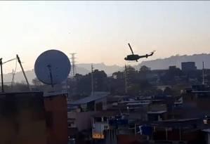 Helicóptero sobrevoa o Jacarezinho na manhã desta terça-feira Foto: Pablo Nunes / Twitter