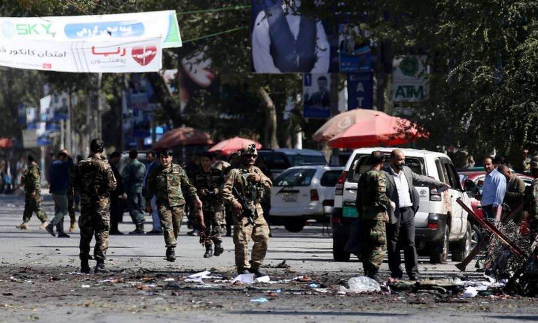 Forças de segurança afegãs na cena de explosão que deixou ao menos 24 mortos nesta terça-feira Foto: OMAR SOBHANI / REUTERS / 17-09-2019