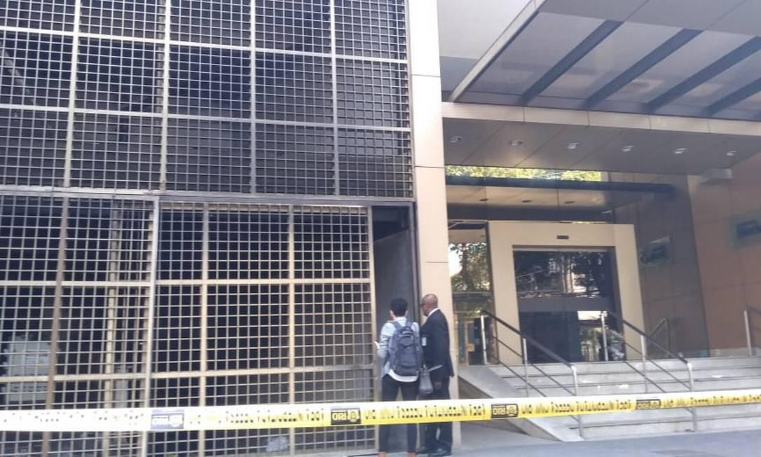 Peritos foram ao Hospital Badim na manhã desta terça-feira Foto: Geraldo Ribeiro / Agência O Globo