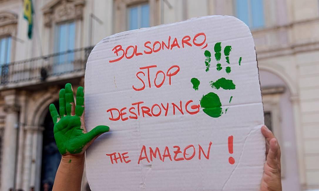 Protesto contra governo brasileiro em frente à embaixada do Brasil na Itália Foto: Stefano Montesi / Getty Images