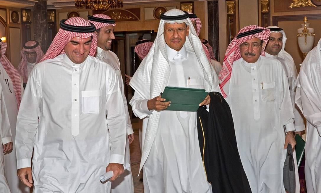 O ministro de Energia da Arábia Saudita, Abdulaziz bin Salman, ao centro, chega para coletiva de imprensa: promessa de restaurar produção este mês. Foto: - / AFP