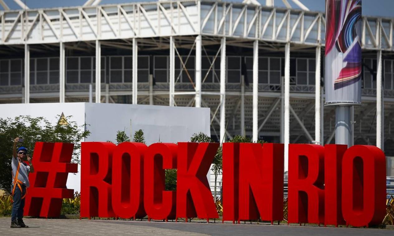 Ponto certo de muitas fotos, o painel com a hashtag Rock in Rio Foto: Pablo Jacob / Agência O Globo