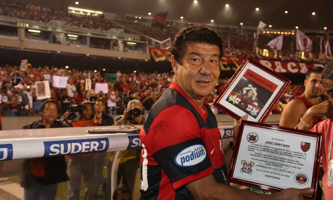 'Papai Joel' recebe homenagens em sua despedida do Fla, em 2008, contra o América do México Foto: Alexandre Cassiano / Agência O Globo