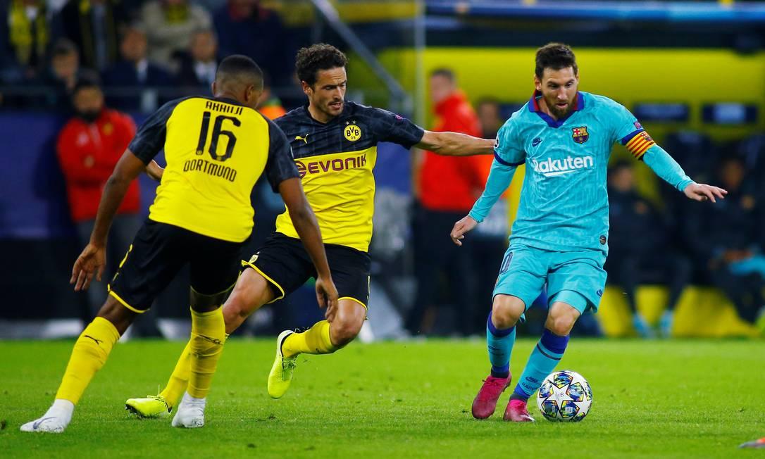 Messi tenta escapar da marcação em empate do Barcelona Foto: THILO SCHMUELGEN / REUTERS