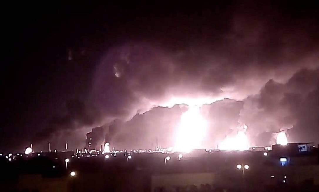 O ataque a instalações petrolíferas sauditas, no sábado. Foto: SOCIAL MEDIA / via REUTERS