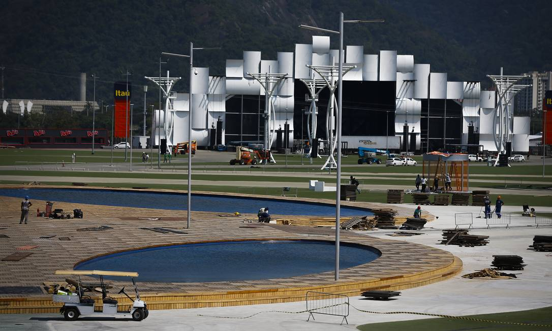 Montagem da Cidade do Rock, com o Palco Mundo ao fundo Foto: Pablo Jacob / Agência O Globo