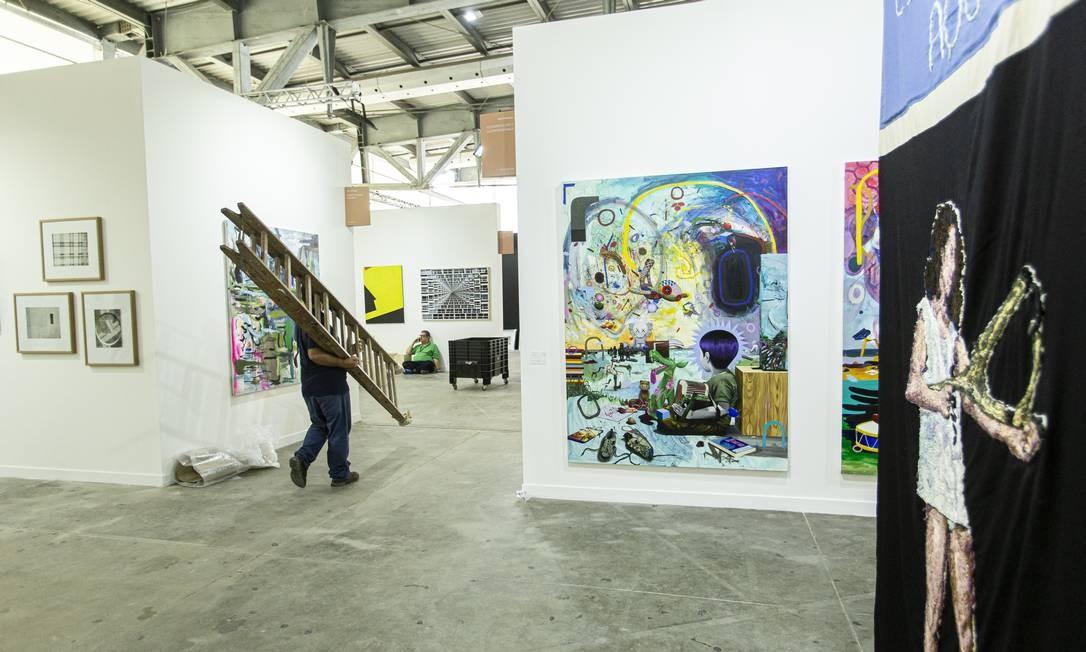 Montagem da ArtRio, na terça-feira, com obras de Angela Od (dir) e Tinho, em primeiro plano Foto: Hermes de Paula / Agência O Globo