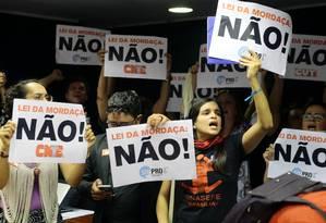 Docentes se manifestam na Câmara, no fim do ano passado, contra o projeto Escola sem Partido Foto: Jorge William / Agência O Globo