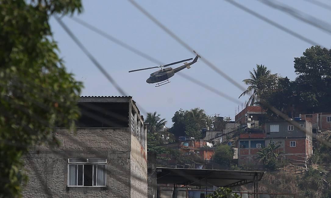 Moradores do Complexo do Alemão relatam tiros de um helicóptero da polícia Foto: Fabiano Rocha / Agência O Globo