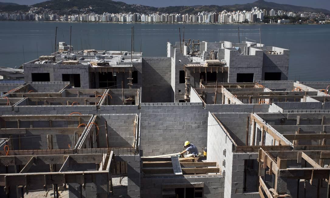 Construção de unidades do projeto 'minha casa, minha vida', em Florianópolis Foto: Márcia Foletto / Agência O Globo