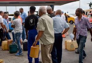 Cubanos fazem fila para comprar combustível em Havana; o governo advertiu que a falta de diesel provocará problemas nos transportes, na distribuição de produtos e no fornecimento de energia Foto: YAMIL LAGE / AFP/12-9-2019