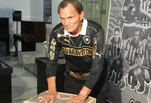 Manga tem as mãos gravadas em cimento em homenagem do Botafogo, em 2013 Foto: Alexandre Alliatti