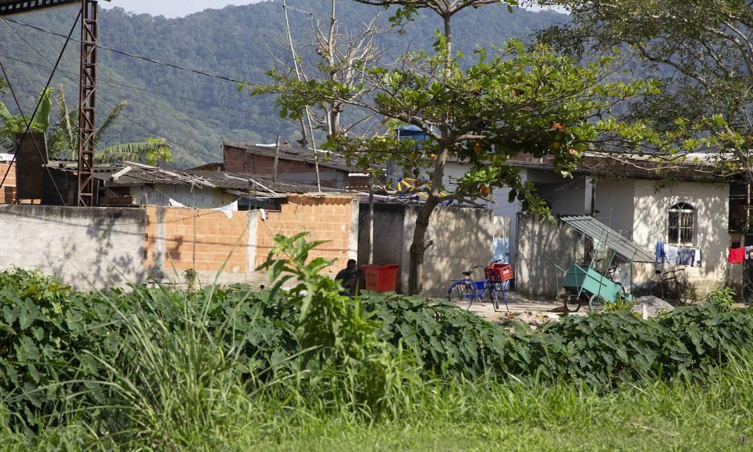 Favelização. O número de construções irregulares às margens do canal aumentou Foto: Bruno Kaiuca / Agência O Globo