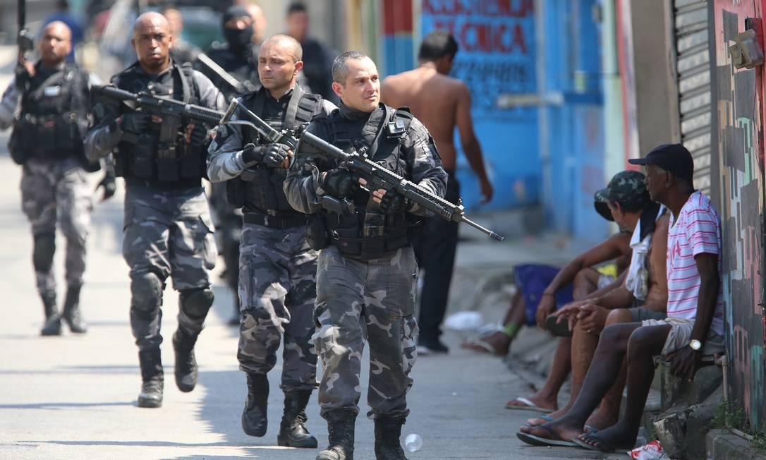 Policiais durante operação na manhã de quarta-feira no Complexo do Alemão Foto: Fabiano Rocha / Agência O Globo