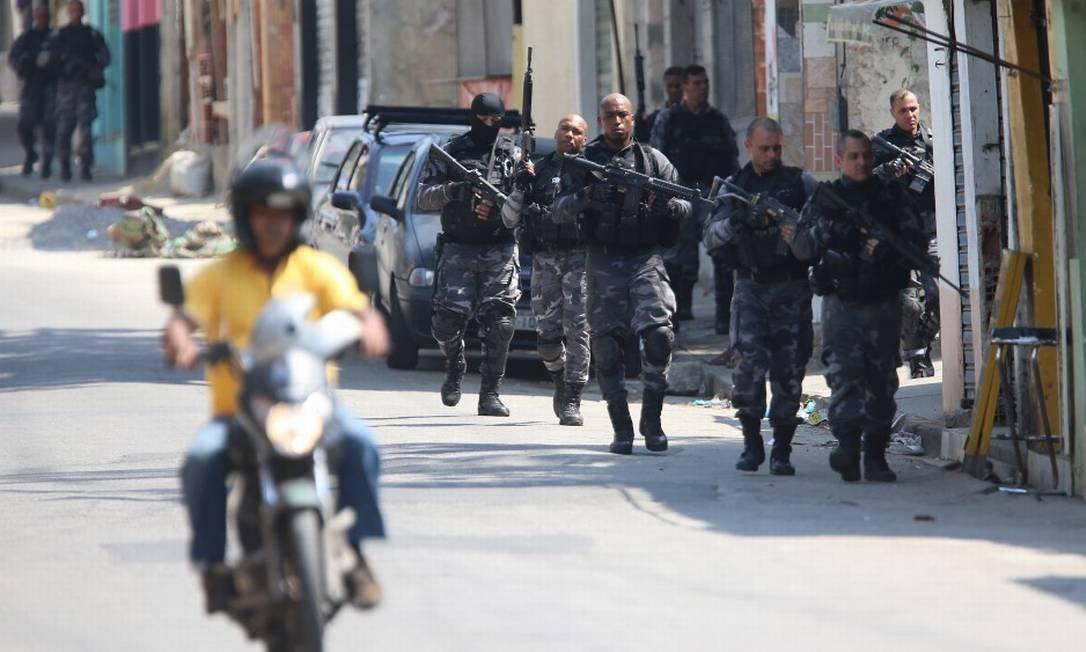 Operação no Complexo do Alemão, que terminou com seis mortos e mais um policial ferido, reuniu agentes do Comando de Polícia Pacificadora (CPP) e de unidades do Comando de Operações Especiais (COE) Foto: Fabiano Rocha / Agência O Globo