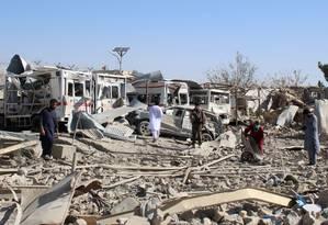 Forças de segurança afegãs investigam cena da explosão de carro-bomba Foto: STR / AFP / 19-09-2019
