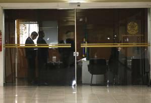 Políciais federais no gabinete do senador Fernando Bezerra Coelho, líder do governo Bolsonaro no Senado Foto: Jorge William / O Globo