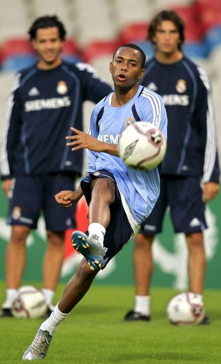 Em 2005, o atacante Robinho (azul claro) é vendido pelo Santos para o Real Madrid, da Espanha — uma negociação de 30 milhões de dólares Foto: Robert Pratta / Reuters