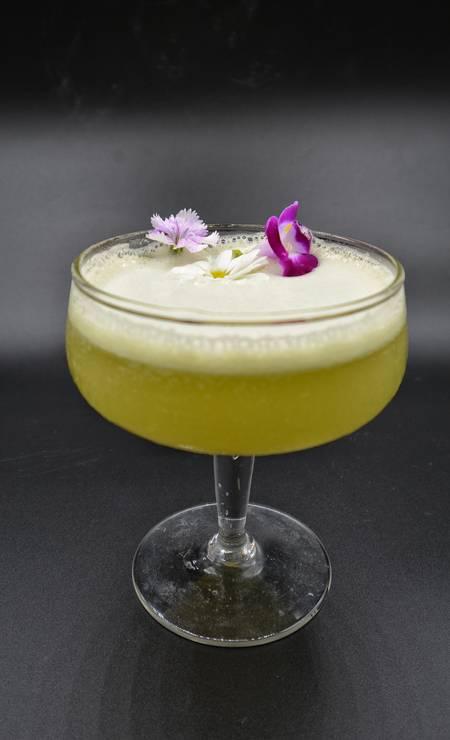 O restaurante Coltivi oferece o drinque Dona Flor, feito com cachaça, suco de abacaxi, suco de capim limão, xarope de gengibre e flor comestível (R$ 25). Foto: Divulgação/Guilherme Fonseca