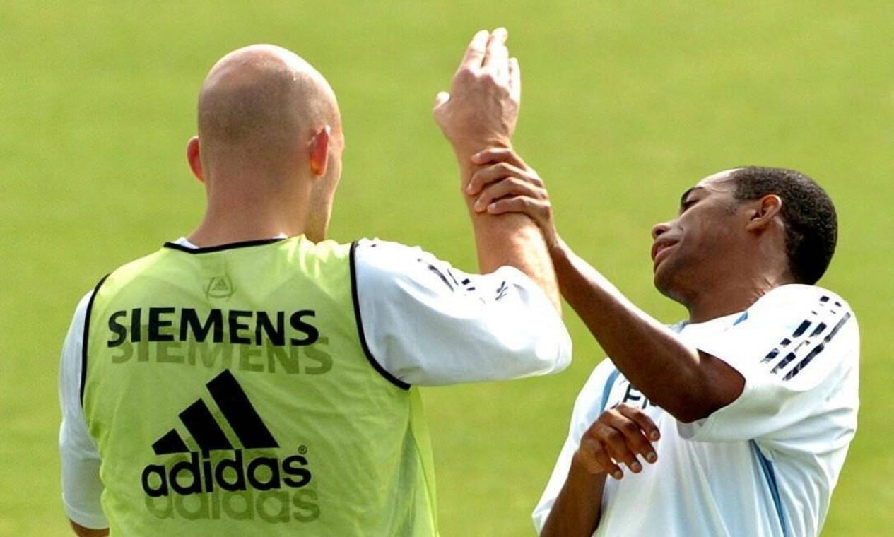 O atacante Robinho e o meia dinamarquês Thomas Gravesen brigam no treino do Real Madrid, na pré-temporada do time espanhol na Áustria Foto: Gustavo Cuevas / EFE - 01/08/2006