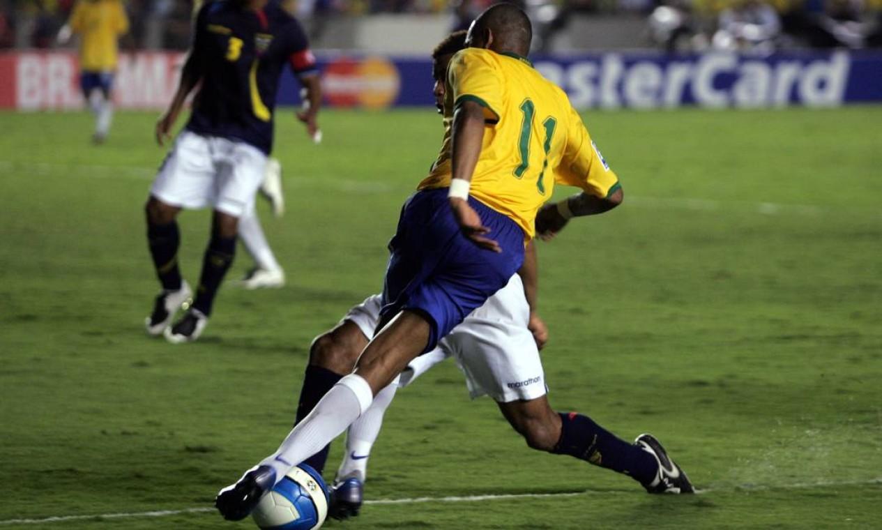 Em amistoso da seleção brasileira contra o Equador, no Maracanã, Robinho se destacou ao driblar os adversários Foto: Ivo Gonzalez / Agência O Globo - 18/10/2007
